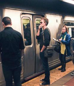 El protagonista de How I Met Your Mother, Neil Patrick Harris, intentó pasar desapercibido en el subterráneo de Nueva York.