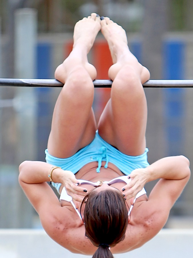 Michelle-Lewin-Wears-A-Bikini-Top-To-Work-Out-On-The-Playground-At-Venice-Beach-06-675x900