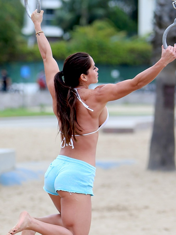 Michelle-Lewin-Wears-A-Bikini-Top-To-Work-Out-On-The-Playground-At-Venice-Beach-08-675x900