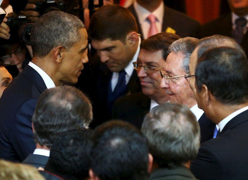 Mandatarios de Estados Unidos y Cuba estrechan manos en la Cumbre de las Américas
