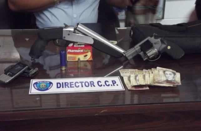 PA les incautó a los sujetos escopeta revolver  cartuchos sin percutir y efectivo
