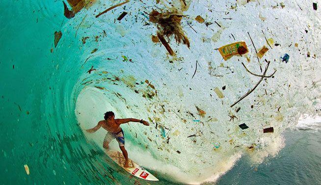 Práctica de surf en una ola llena de basura en Java (Indonesia), la isla más poblada del mundo