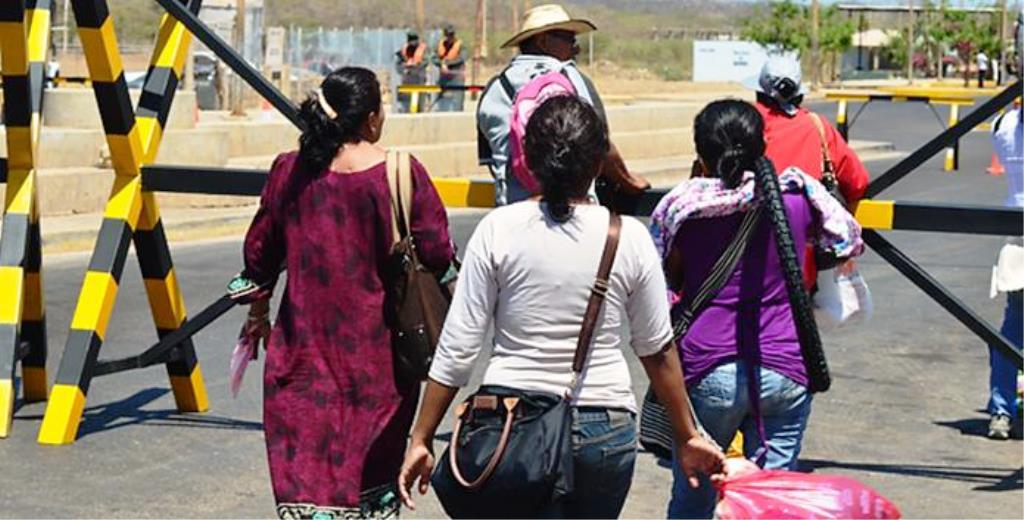 Personas esperando pasar por la frontera en Paraguachon estado Zulia