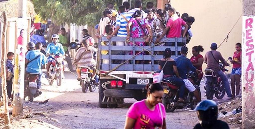 Habitantes Wayuus pasan la frontera de Venezuela por trochas en vehiculos pocos seguros