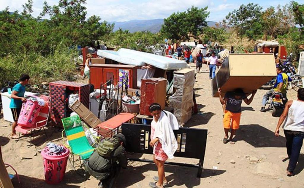 colombianos cruzando la frontera voluntariamente cargando con sus enseres