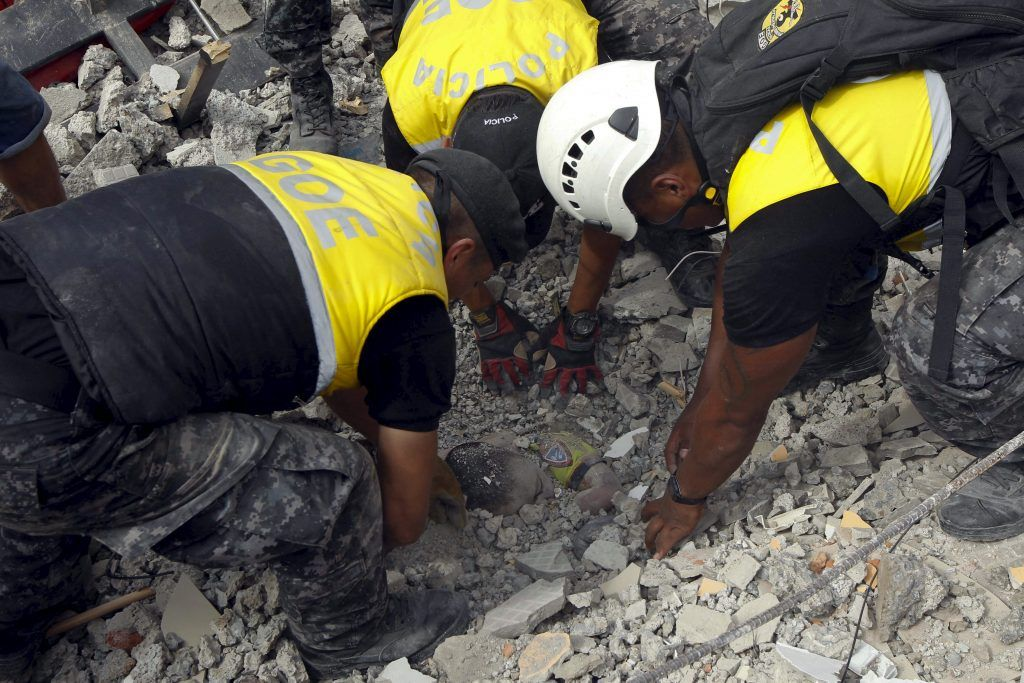 ATTENTION EDITORS - VISUAL COVERAGE SCENES OF DEATHPolice officers uncover the body of a victim after an earthquake struck off Ecuador's Pacific coast, at Tarqui neighborhood in Manta April 17, 2016. REUTERS/Guillermo Granja. TEMPLATE OUT. TPX IMAGES OF THE DAY