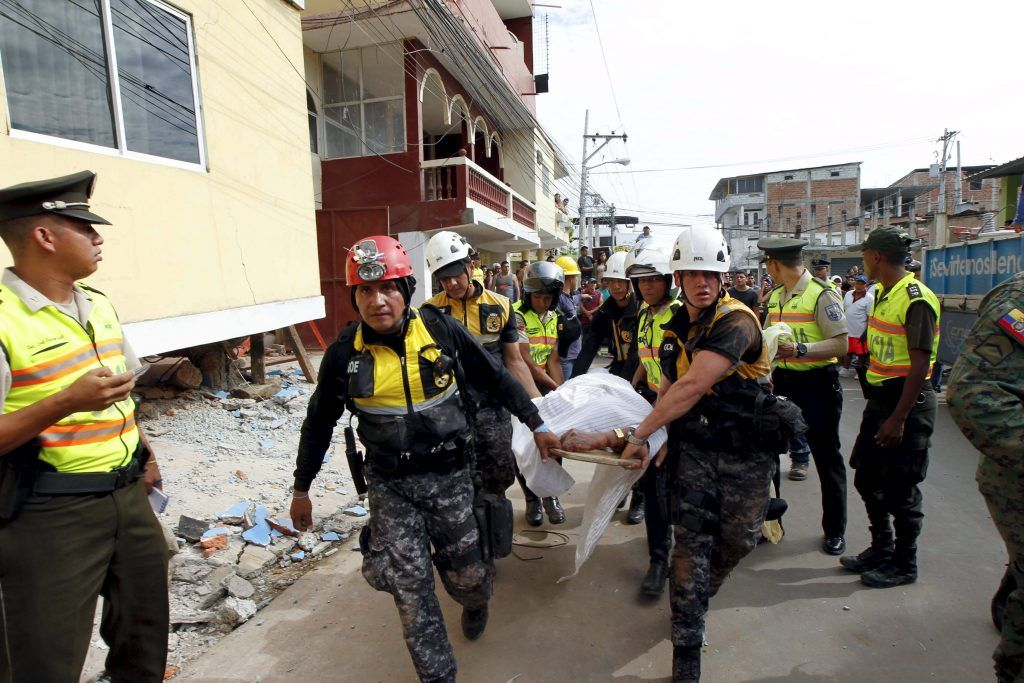 Police carry a body after an earthquake struck off Ecuador's Pacific coast, at Tarqui neighborhood in Manta April 17, 2016. REUTERS/Guillermo Granja