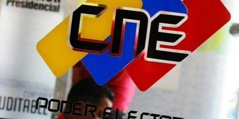 CNE habría digitalizado 1.998.480 firmas para el referendo