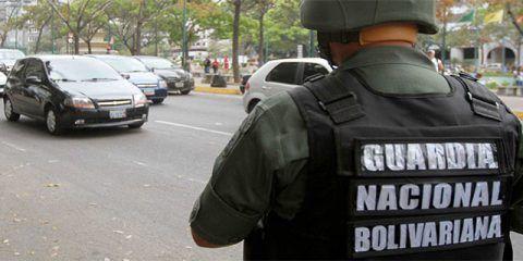Dos sargentos de la GNB sacan batería de máquina electoral