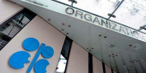 OPEP acuerda reducir la producción de petróleo