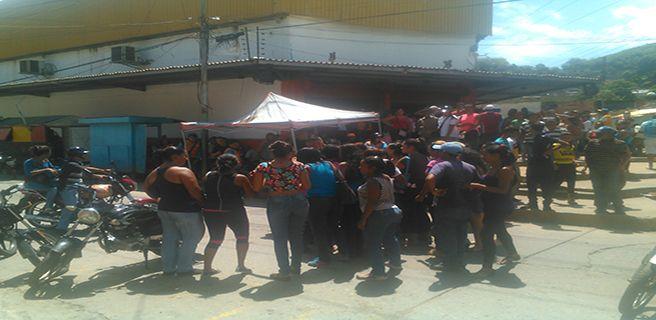 Protestan en mercado Solidario por comida