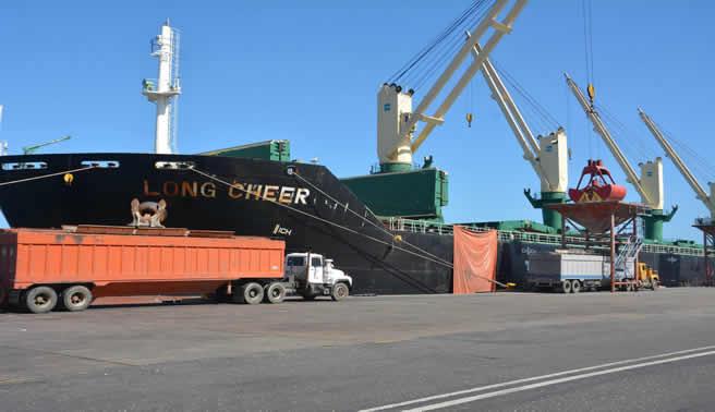 Llegan barcos con harina de soya y maíz