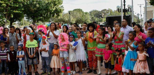 Plaza Bolívar se llenó de música y disfraces