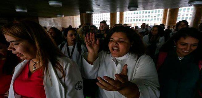 Estudiantes y representantes de la salud piden solución a crisis