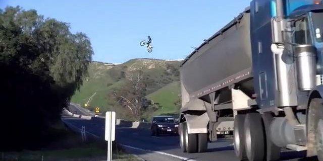 Kyle Katsandris y el salto en moto que deslumbra a la policía