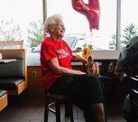 Una mujer de 94 años celebra que lleva 44 en McDonald's y no planea jubilarse