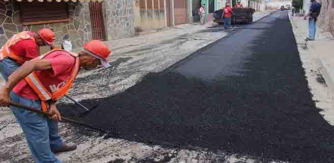 Asfaltan calles de comunidad de La Macarena