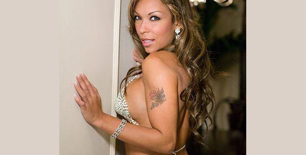 La hermosa Karina Salaya regresa con todos los hierros
