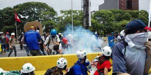 Dispersan con gases lacrimógenos protesta de estudiantes en la GMA