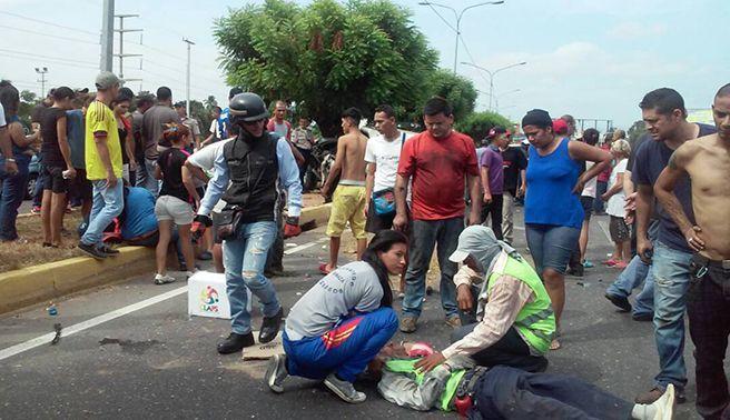 Camioneta arrolla a dos obreros