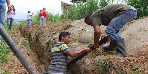 Gobierno de Mariño instala tuberías de agua potable en Laguna Park