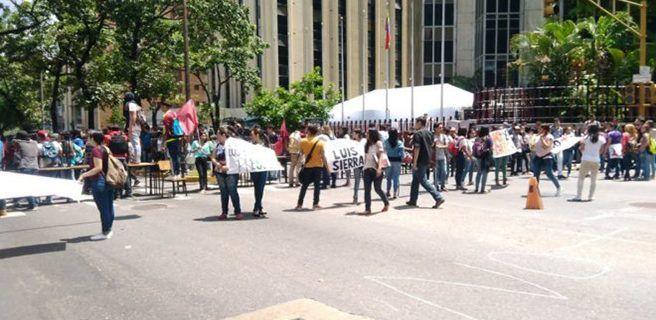 Estudiantes de la UAH protestan en Caracas por entrega de sus datos al CNE