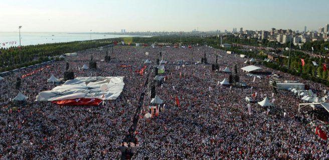 Multitudinaria manifestación contra el gobierno de Erdogan