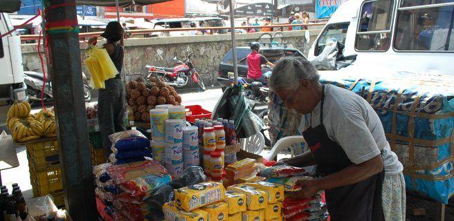 Maracayeros compran alimentos a precio de bachaqueo