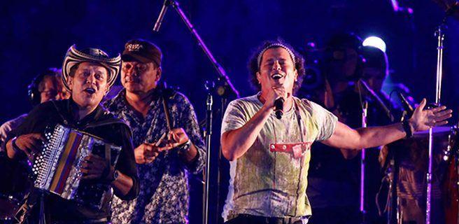 Fan se lanza sobre Carlos Vives y le roba un beso en pleno concierto