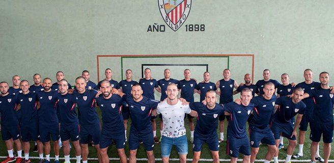 Jugadores del Athletic Bilbao se rapan por un compañero con cáncer