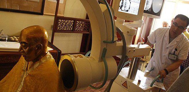 Momia milenaria bañada en oro tiene los órganos en excelente condición