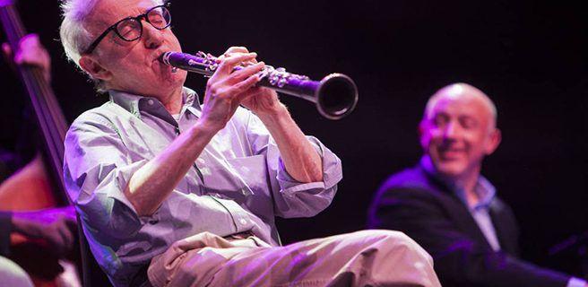 Dos mujeres semidesnudas irrumpen concierto de Woody Allen