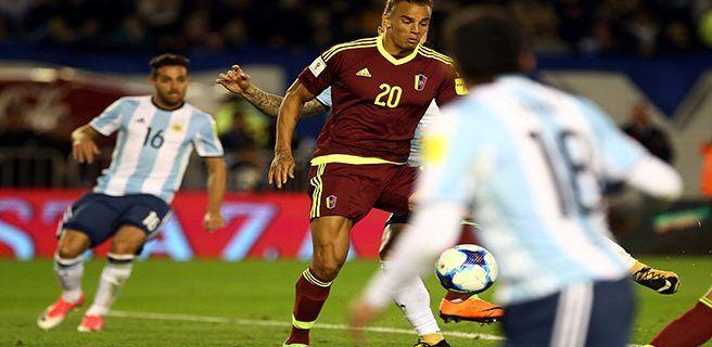 1-1. Venezuela destiñe a Argentina, que salva empate y se aferra a la repesca