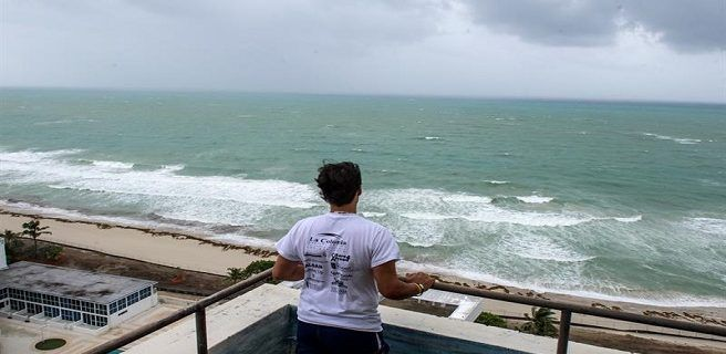 """El huracán """"Irma"""" llega a Florida con vientos de 209 km/h"""