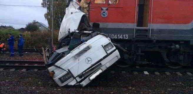 19 muertos tras chocar tren contra un autobús en Rusia