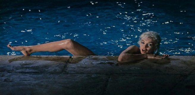Subastan unas desconocidas fotos de Marilyn Monroe mientras nada desnuda en una piscina