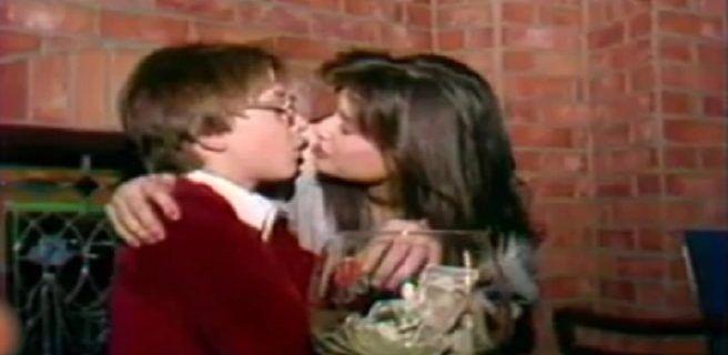 El video de Demi Moore besando apasionadamente a un niño que desató el escándalo