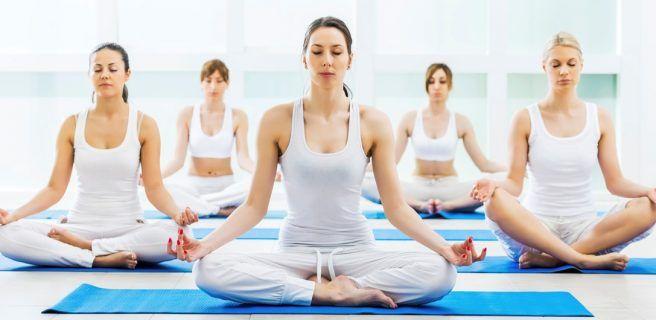 Cinco posturas de yoga para prevenir los daños de trabajar sentado