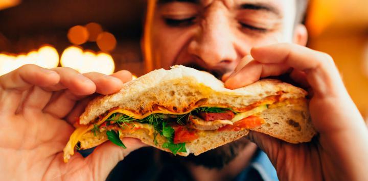 El comer rápido ayuda a la formación de la hipercolesterolemia